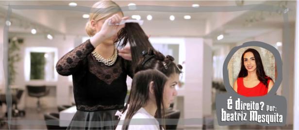 cabeleireira fazendo escova em mulher