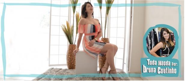 mulher com vestido de listras coloridas