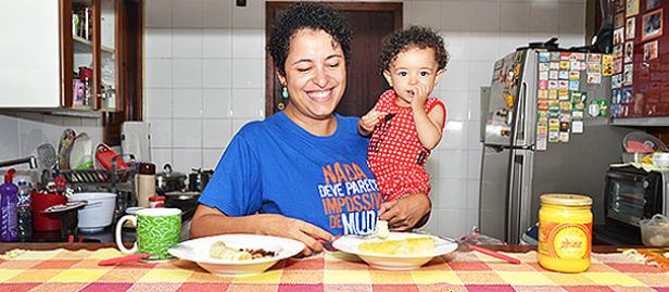mãe com criança e alimentos