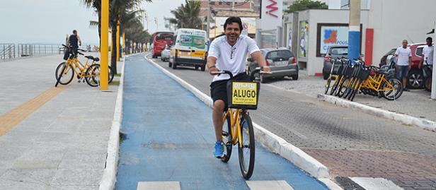 homem pedalando ciclovia cavaleiros macaé