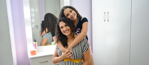 Juliana quando mais jovem resolveu assumir os cachos em definitivo, aceitando seu tipo de cabelo e aprendendo a cuidar dele.