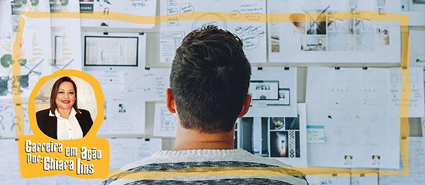 homem olhando pra parede cheia de arquivos e fazendo planejamento de carreira