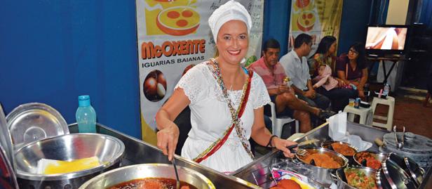 baiana ana fazendo acarajé na rua, em macaé