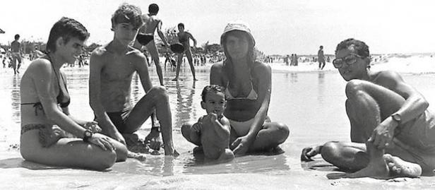 As fotos registram diversos momentos da sociedade macaense em vários lugares, como as Praias dos Cavaleiros.