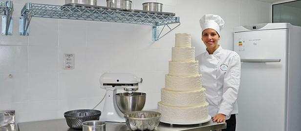 Patrícia Petersen confeiteira de Macaé em frente a um bolo de casamento