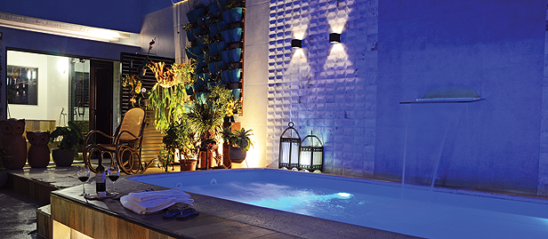piscina iluminada área de lazer