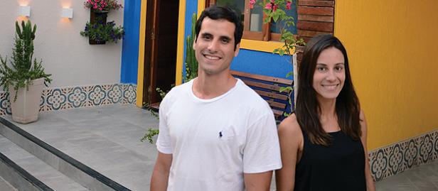homem e mulher em frente a um hostel