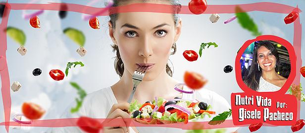 mulher obcecada comendo salada
