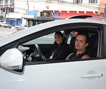 homem no carro com esposa