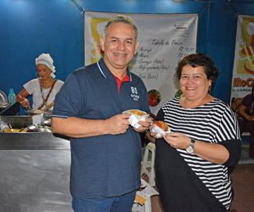 pessoas comendo acarajé