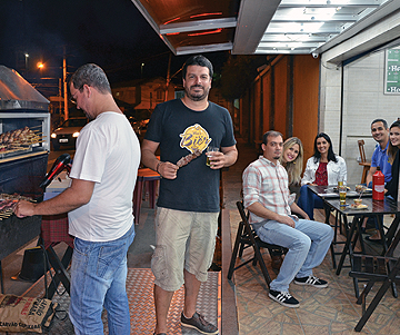 Para Leandro (em pé), o Churrasquinho do Chico agrada por acolher diferentes pessoas num local bom pra conversar