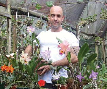 homem que cultiva orquideas