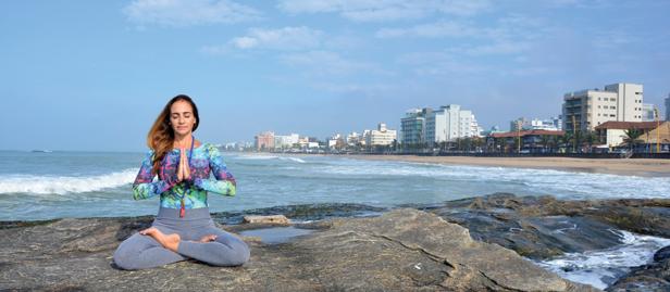 mulher meditando na praia em macaé