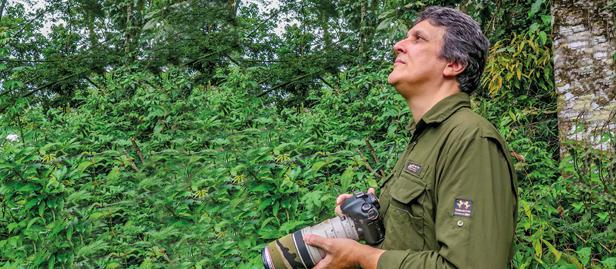 Paulo Tinoco é adepto do Bird Watching e lançou um livro de fotos inéditas das aves do Parque Municipal do Atalaia, em Macaé.