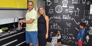 casal na cozinha com parede de lousa quadro negro