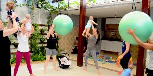 mães fazendo pilates com bebês
