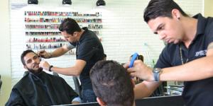 barbeiro fazendo a barba