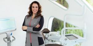 Dra. Thyane Portugual tem 25 anos de experiência em ortodontia e é uma Invisalign Top Doctor Diamond. Ela está entre os doutores com mais casos tratados no país.