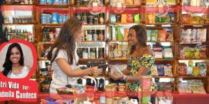 meninas na loja de produtos naturais com chocolate 70% cacau