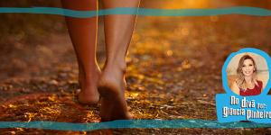 pessoa andando descalça