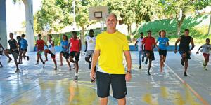 professor de atletismo hiller franco com alunos correndo na quadra