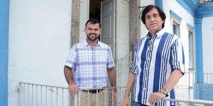 Homens em frente ao Hospital São Jõao Batista