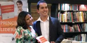 autor Thiago Abreu com o livro Princípios incontestáveis da liderança