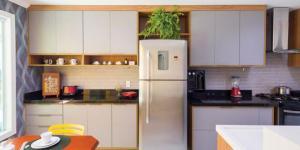 Com um estilo clássico, clara e bem prática, esta cozinha possui ilha, mesa de jantar e nichos de apoio para café, sendo muito utilizada pela família.