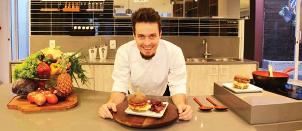chef de cozinha com hambúrguer vegano